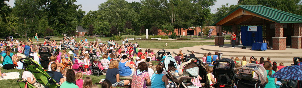 Large crowd in front of the amphitheater as their entertained by children's performer, Zak Morgan