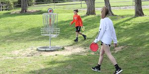 2 children playing disc golf