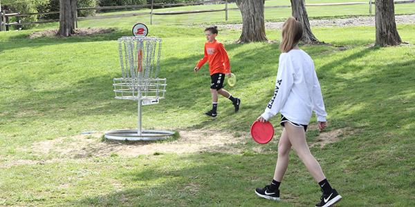 2 children playing disc golf
